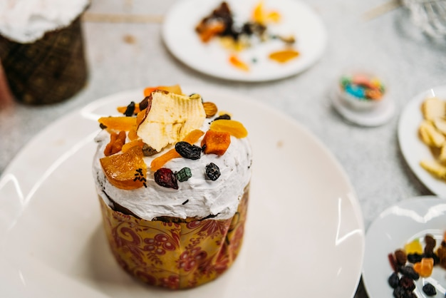 Gâteaux de pâques sur la plaque blanche