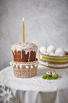 Gâteaux de pâques sur une table blanche