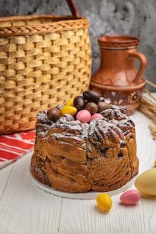 Gâteaux de pâques sur une table en bois blanche