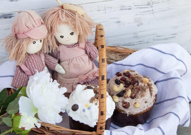 Gâteaux de pâques traditionnels avec des poupées en peluche. fond de vacances de pâques.