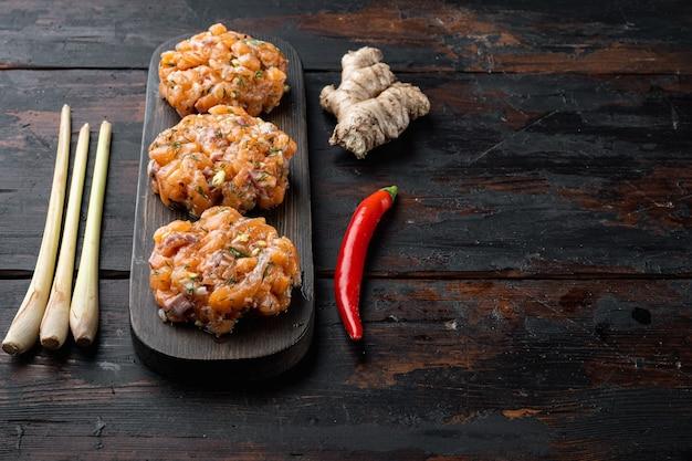 Gâteaux de poisson crus asiatiques rapides, sur la vieille table en bois avec un espace pour le texte