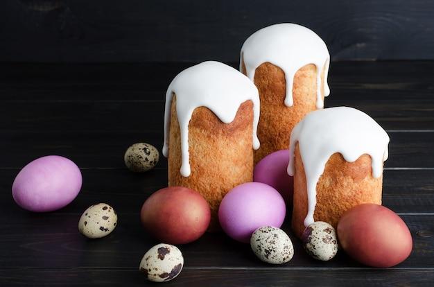 Gâteaux et poulet de pâques, œufs de caille sur fond sombre