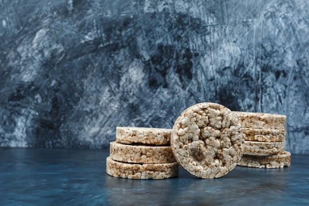 Gâteaux de riz gros plan sur fond de marbre bleu foncé. horizontal