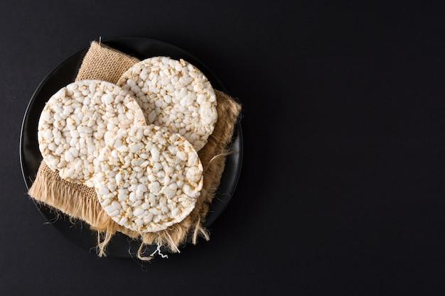 Gâteaux de riz soufflé sur une assiette