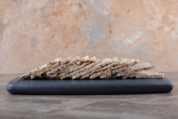 Gâteaux de riz soufflé dans le bac, sur la surface en marbre