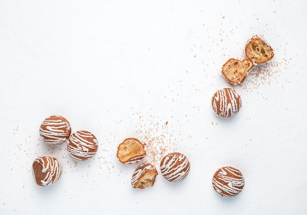 Les gâteaux ronds sont dispersés sur un fond blanc. fond abstrait.