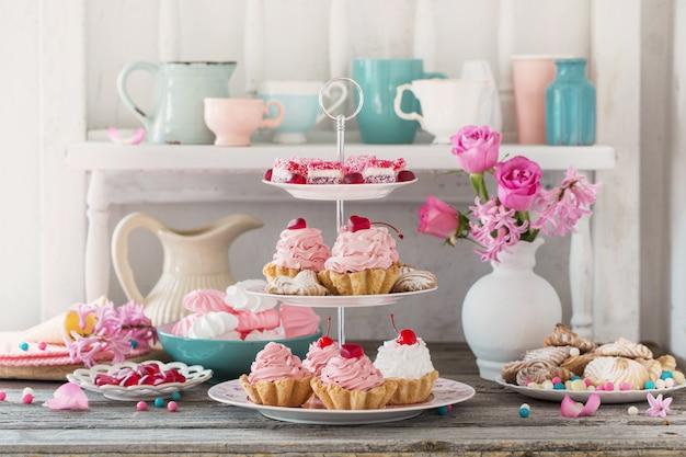 Gâteaux roses sur plaque