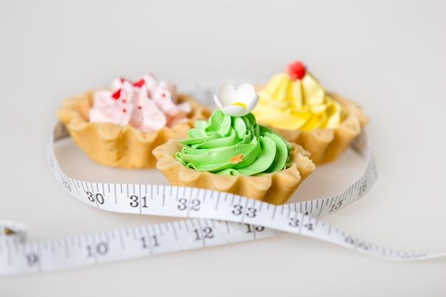 Gâteaux avec un ruban à mesurer