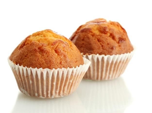 Gâteaux savoureux muffins, isolés sur blanc