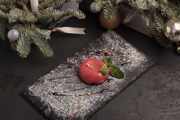 Gâteaux sucrés. gâteaux à la crème glacée. rouge vif, rose, coloré