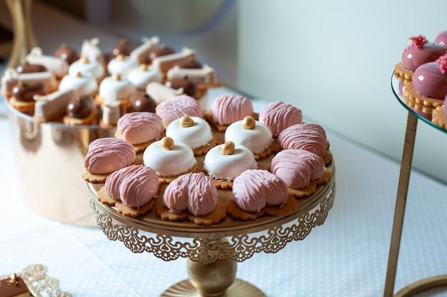 Gâteaux sucrés lors d'un buffet de mariage