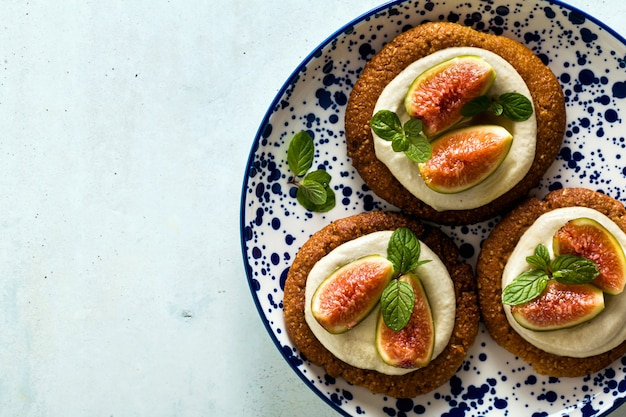Gâteaux végétaliens sains sans gluten avec base de biscuits au sésame et crème de cajou.