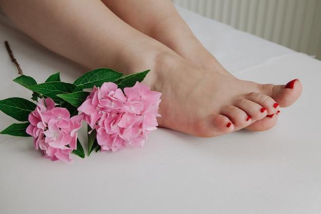 Gâteries de beauté concept de peau de jambe pure. concept d'épilation à la cire. concept de sucre.