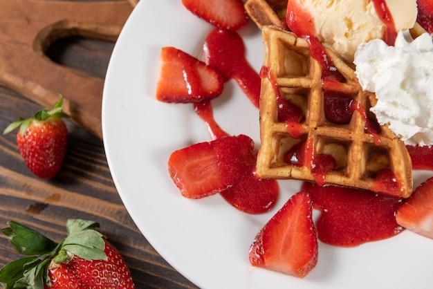 Gaufre aux fraises, glace vanille et chantilly