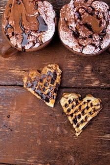 Gaufre belge en forme de coeur avec chocolat chaud et guimauve
