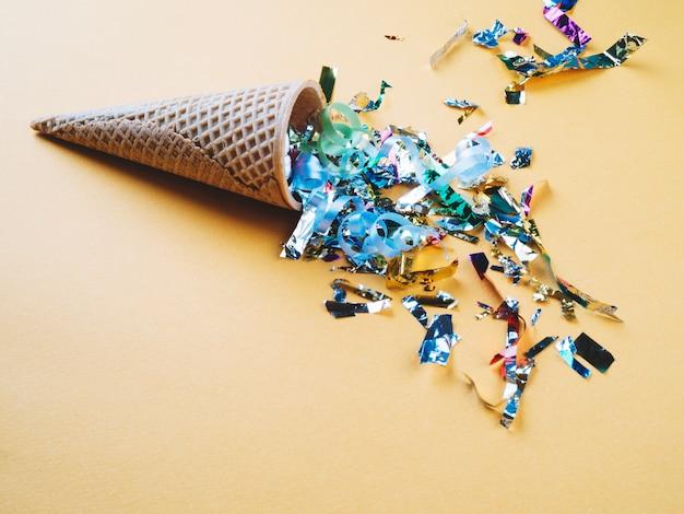 Gaufre cône avec des confettis colorés