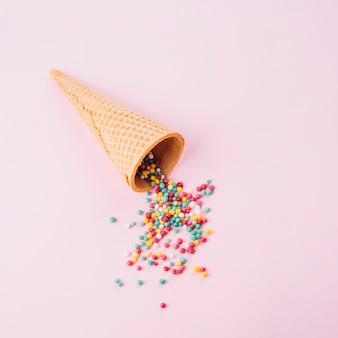 Gaufre cône avec des paillettes colorées
