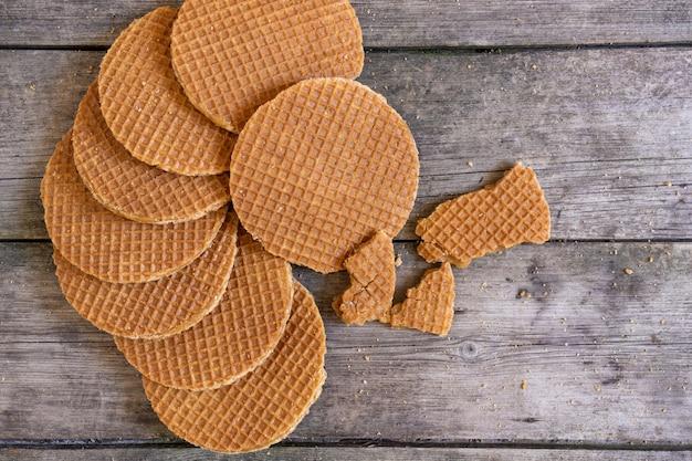 Gaufre hollandais hollande pays-bas fond caramel rustique en bois