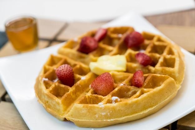 Gaufres au beurre au miel et à la fraise