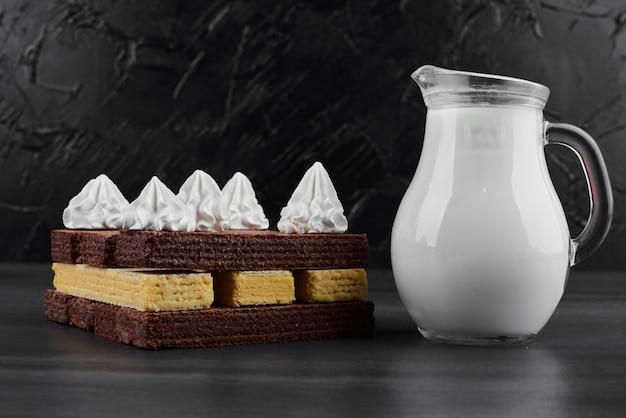 Gaufres au chocolat avec crème et lait.