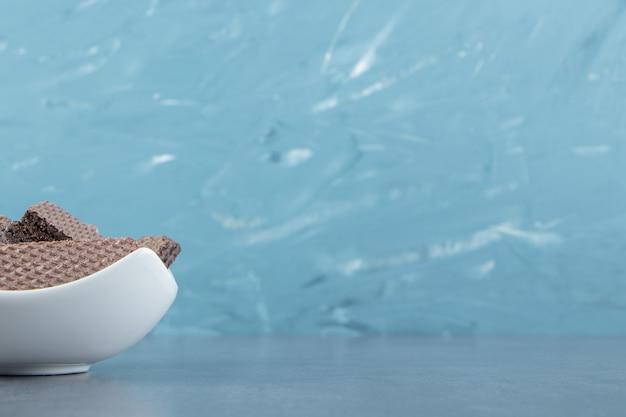 Gaufres au chocolat croquantes dans un bol blanc.