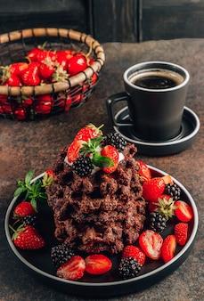 Gaufres au chocolat avec lait et baies
