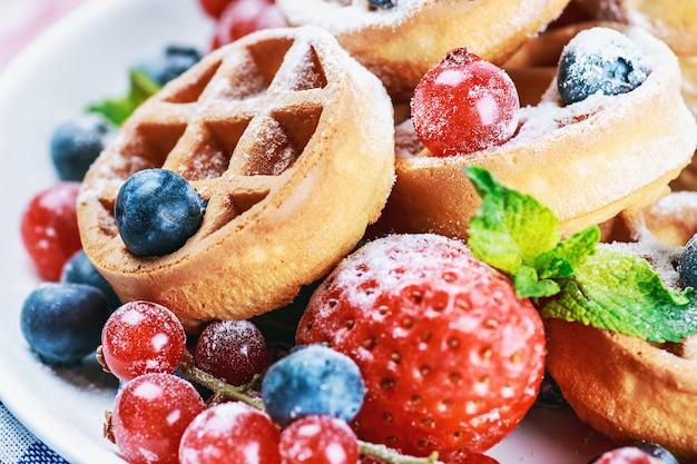 Gaufres aux fraises fraîches, myrtilles et groseilles