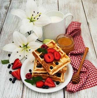Gaufres aux fraises, myrtilles et café