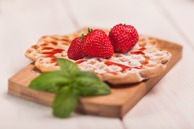 Gaufres aux fraises sur planche de bois
