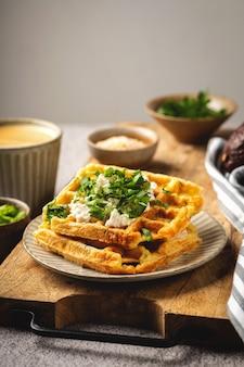 Gaufres belges au fromage et aux herbes, café, petit déjeuner savoureux, espace copie