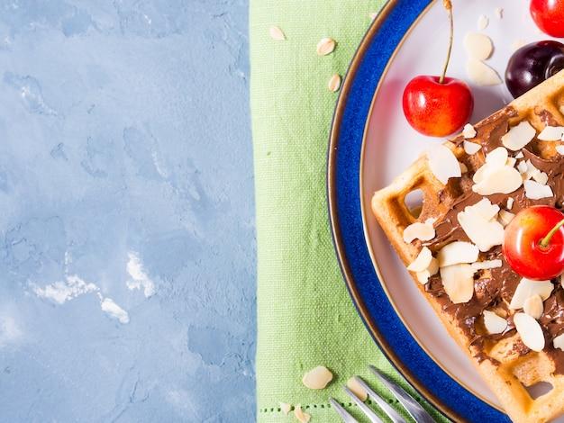 Gaufres belges aux cerises au chocolat et aux amandes