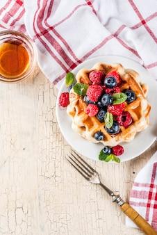 Gaufres belges aux framboises, bleuets et sirop, petit déjeuner sain fait maison