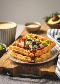 Gaufres belges bacon et oignons, café, savoureux petit déjeuner, gros plan