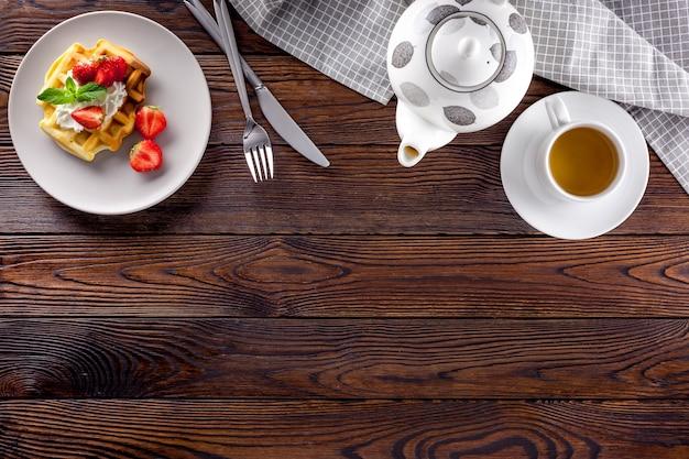 Gaufres belges faites maison sur table servie sur bois foncé