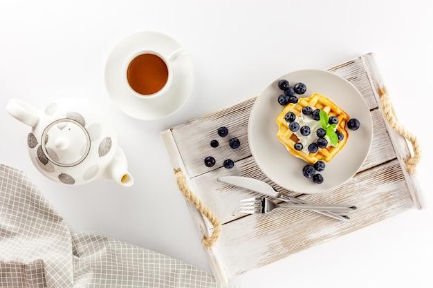 Gaufres belges maison sur table servi sur blanc
