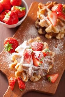 Gaufres belges avec sucre glace et fraise