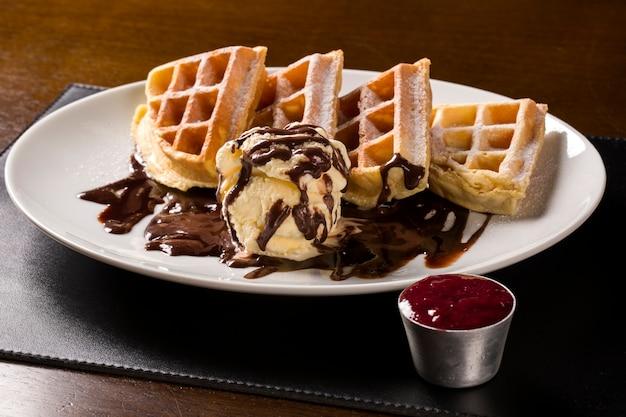 Gaufres à la crème glacée dans l'assiette.
