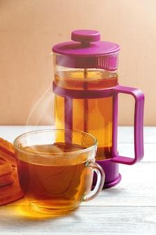 Gaufres faites maison avec de la confiture sur une vieille table en bois. gaufrettes avec tasse de thé et théière.