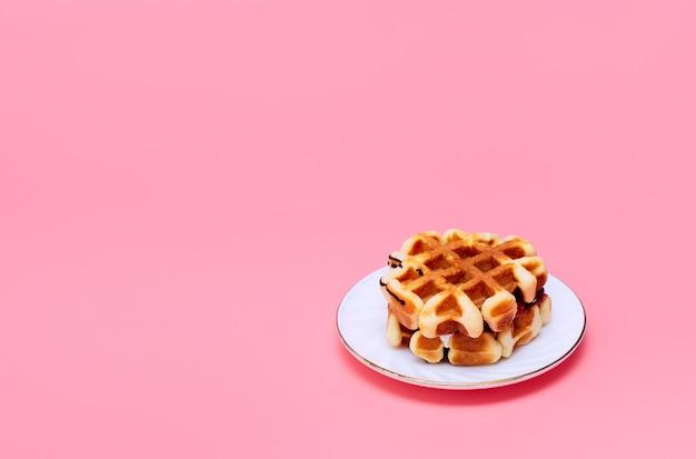 Gaufres faites maison sur un fond rose. petit déjeuner savoureux. cuisson maison. minimalisme