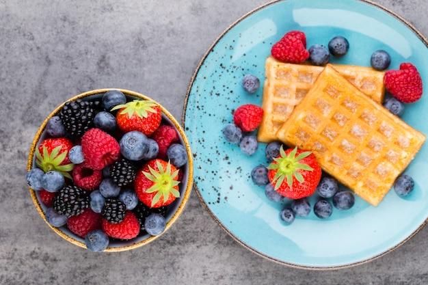 Gaufres fraîches et fruits mûrs