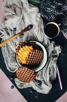 Gaufres avec glaçage au chocolat et café