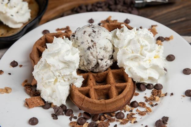 Gaufres avec glace et crème fouettée