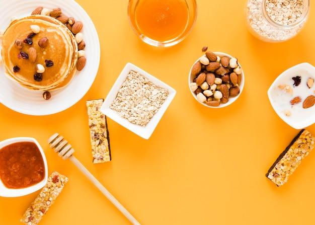 Gaufres plates avec confiture de miel et mélange de noix