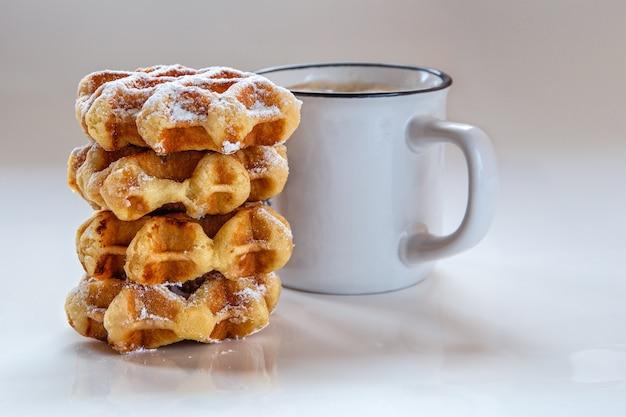 Gaufres pour le petit déjeuner avec du café.