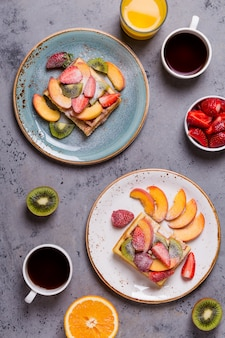 Gaufres pour le petit déjeuner avec des fruits frais.
