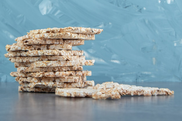 Gaufres de riz carrées croustillantes sur marbre.