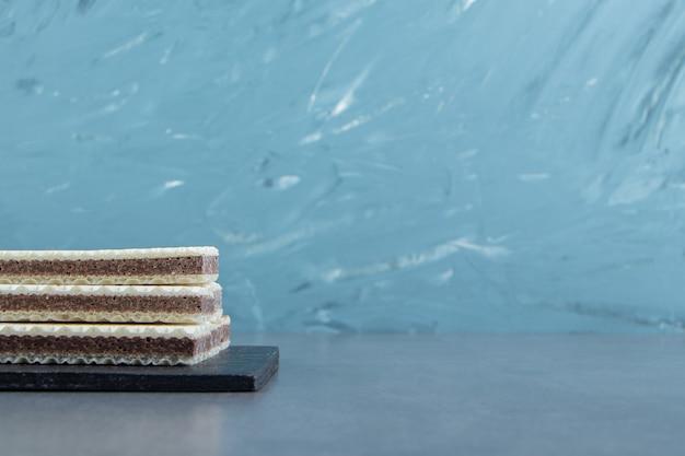 Gaufres à la vanille croustillantes sur planche à découper.