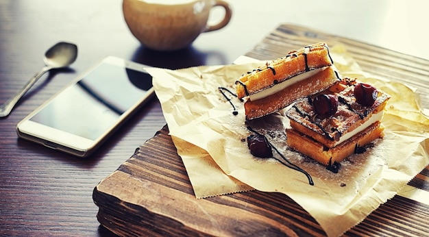 Gaufres viennoises fourrées. table basse. un ensemble de biscuits parfumés pour le petit déjeuner pour les vacances.