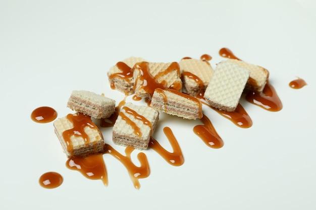 Gaufrettes au caramel sur blanc, gros plan