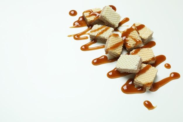 Gaufrettes Au Caramel Sur Fond Blanc, Espace Pour Le Texte Photo Premium